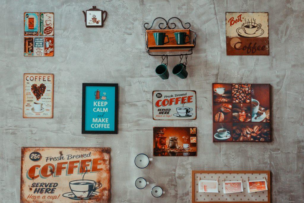 Cafe med tavlor